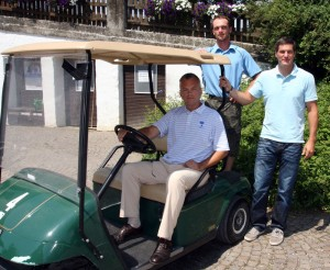 Am Steuer Graeme MacNiven, hinten (links) Hanswolfgang Nissl und Erich Kühbandner. Foto: Horst Huber