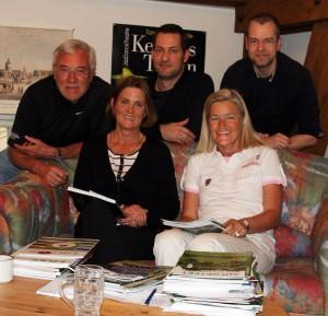 Im Kultur PR-Büro von Heidi Rauch auf dem Erdinger Schloss Aufhausen traf sich die Medienpreis-Print-Jury am 21. März 2014 zum Sichten der Golfclub-Zeitschriften-Stapel: stehend von links: Horst Huber, Marcus Brunnthaler und Manfred Dunst, sitzend Claudia Bruckmann und Heidi Rauch (rechts).