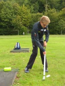 Medallien fest im Blick: Golf-Newcomer Maxi Jäger beim Spiel auf der Übungswiese. Foto: pr