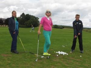 Impulse in Maria Bildhausen: Trainerin Elizabeth Höh mit Golfschülern Kathi und Maxi. Foto: pr