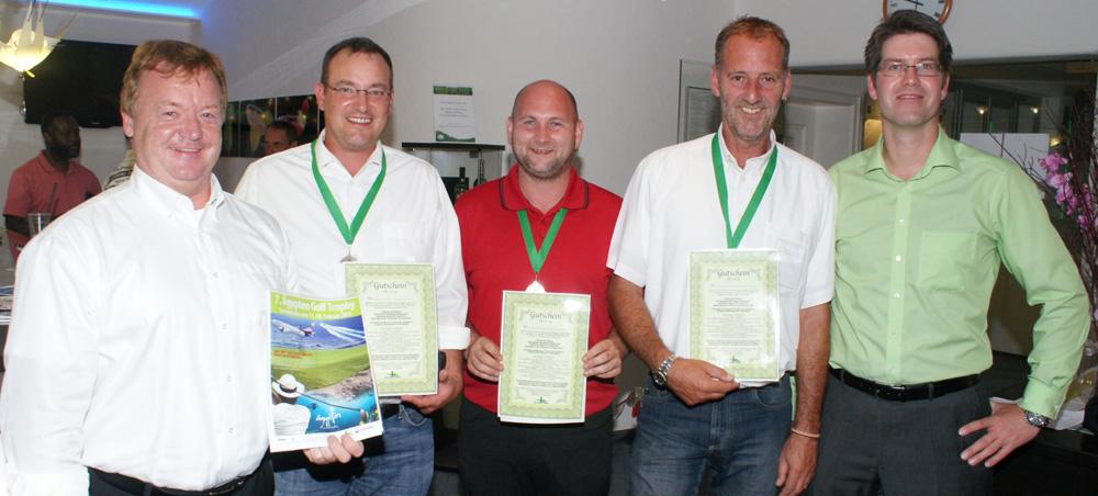 Eingerahmt von Jürgen Kanzler (links, Golf Guide Tours) und Sportvorstand Carsten Wilderotter die drei Nettosieger, (von links) Frank Bourier (Netto B), Andreas stengel (Netto C) und Heinz Mayerhofer (Netto A).