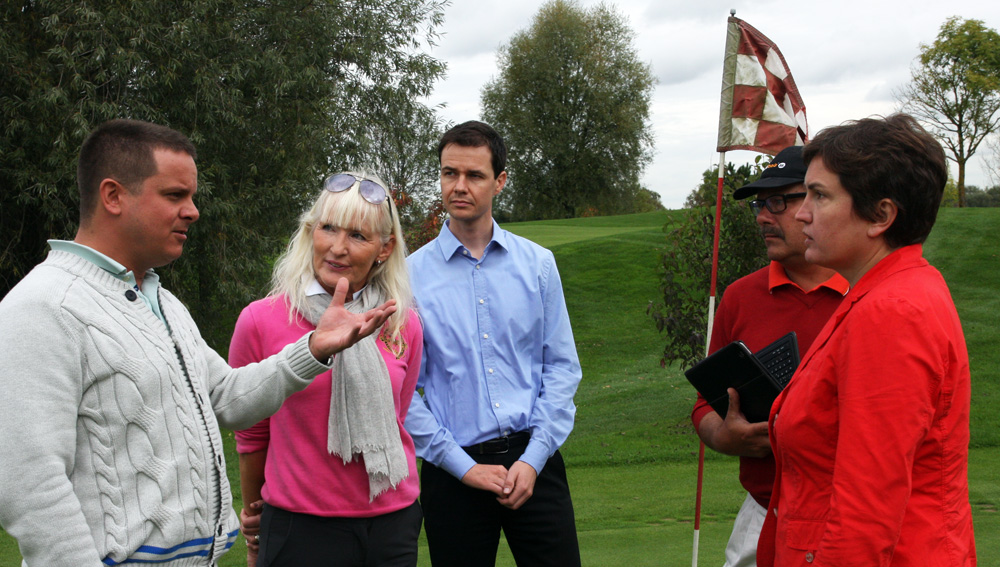 Reger Gedankenaustausch auf dem Grün (v.r.) : Irmgard Badura (Bayerische Behinderten-Beauftragte), Friedrich Bräuninger (Bayerische Medien-Golfer), Marko Urban (Büroleiter von Fr.Badura), Elizabeth Höh (Trainerin Aschheim), Jochen Hornig ( Geschäftsführer Golfpark München-Aschheim). Foto: Horst Huber
