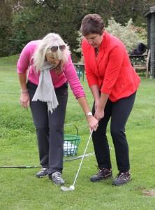 Feinfühlige Anleitung: Trainerin Elizabeth Höh mit Golfsport-Schülerin Irmgard Badura Foto: Horst Huber