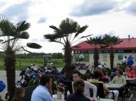 Clubhaus-Terrasse GolfRange Brunnthal. Fotos: Horst Huber