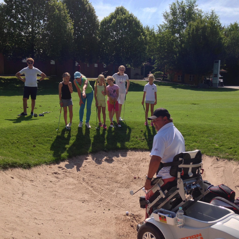 Soviel Zeit ist immer drin: BGC-Vizepräsident Christian Nachtwey zeigt Kindern in Begleitung von Elizabeth Höh am Rande des Ascheimer Turniergeschehens das Rolly-Spiel aus dem Bunker. Fotos: FB