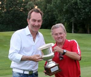 Jupp Suttner von den Birdies mit dem Pokal - Ralf Exel (links) darf nur noch einmal hinlangen! Fotos: Horst Huber