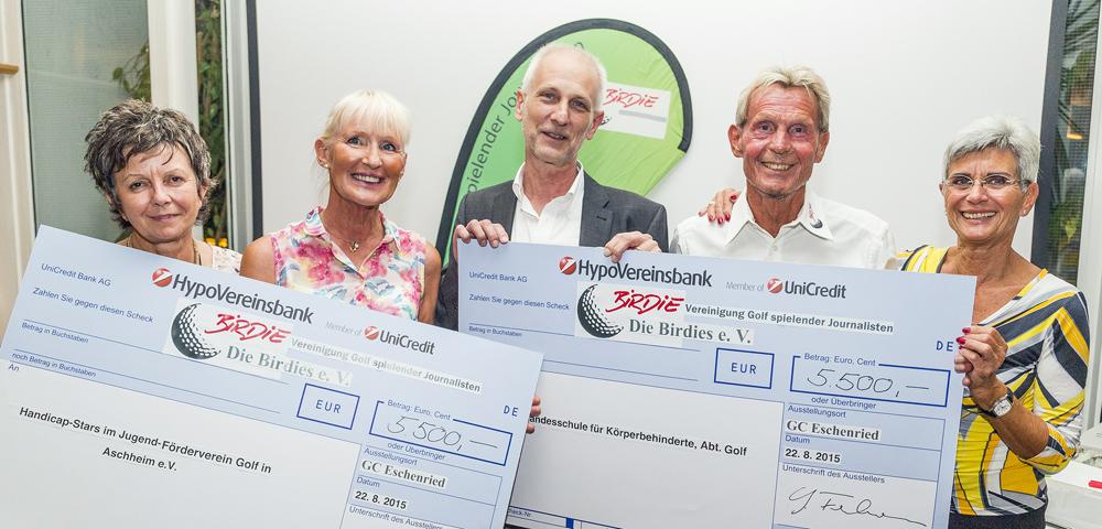 Insgesamt 11.000 Euro konnten an die beiden Organisationen übergeben werden: (v. l.) Annemie Grafe (Birdies), Elisabeth Höh (Handicap-Stars), Johannes Nauerz (Landesschule), Gerhard Fuhrmann und Elisabeth Gröschel (beide Birdies).