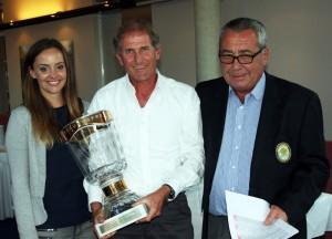Frank Spöttel mit dem Eberhard-Stanjek-Pokal flankiert von Patricia Heinlein und Dr. Werner Proebstl. Foto: Huber