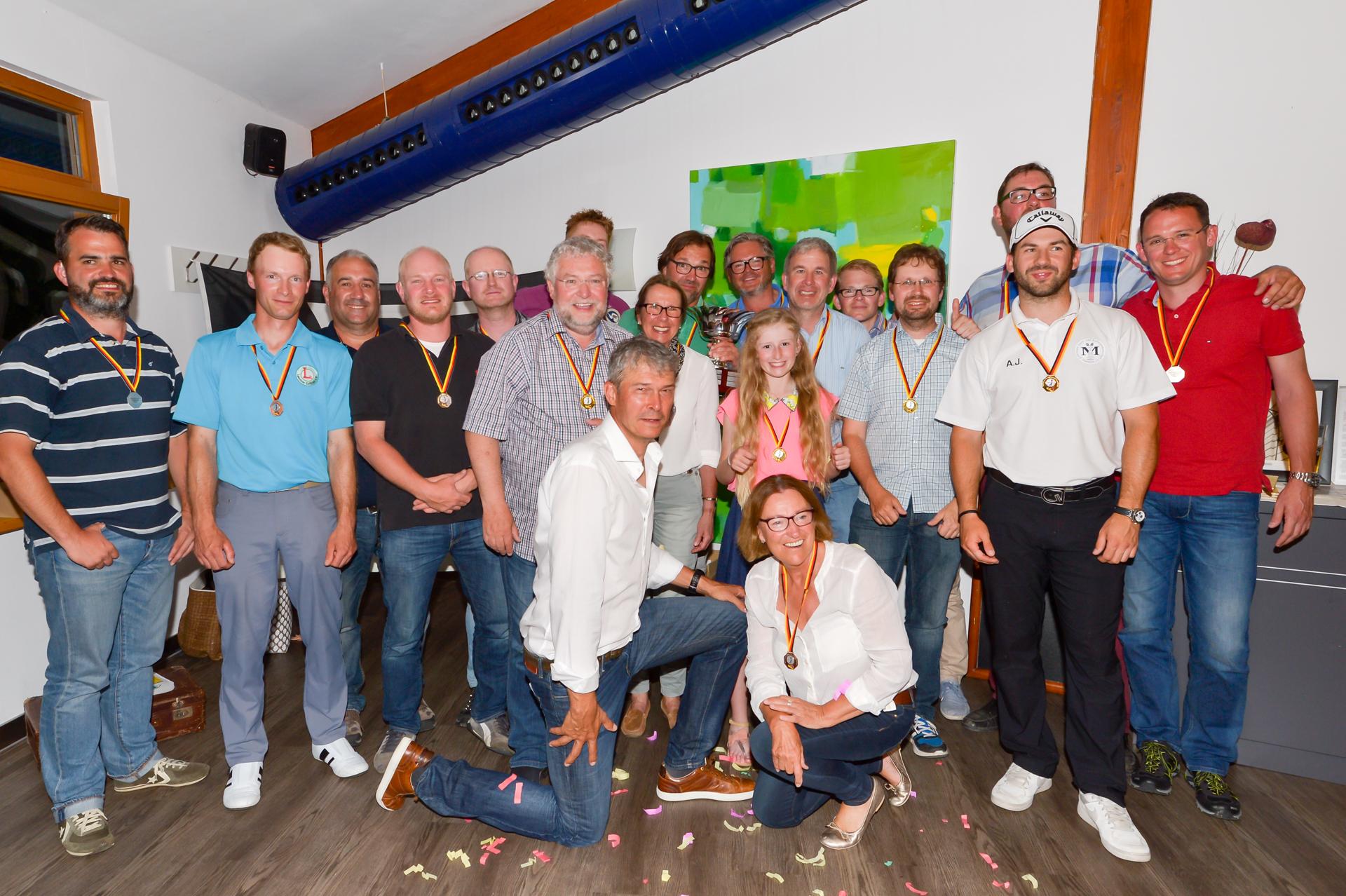 Die Sieger und Platzierten der 10. Deutschen Gehörlosen-Meisterschaften im Golfpark München-Aschheim:  Allen John vom GC St. Leon-Rot (2.v.r) gelang eine 69er Runde. Jungstar Amelie Podbicanin  i.d. Bildmitte. Fotos: Wirtz
