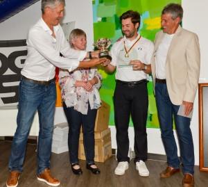 Pokal für den Deutschen Meister: (v.l.) Gehörlosen-Verbandsaktivisten Marc Brücher und  Birgit Willmerdinger, Turnierssieger Allen John und Organisator Dieter Beckenbauer-Wenig.