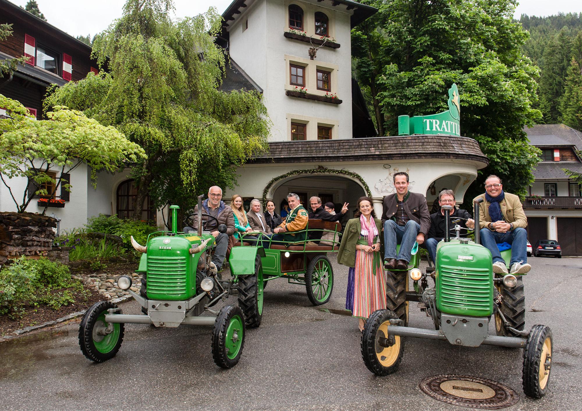 """Gruppenbild mit Gastgebern (Bildmitte) vom """"Race to Kärnten"""": Bayerische Journalisten erleben Entschleunigung. Foto: Sepp Beck"""