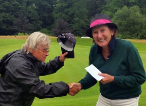 Jupp Suttner gratuliert Sibylle Seidl-Cesare. Foto: Gerdl Wolf.