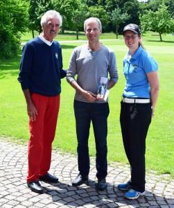 Alfred Ament, Seniors-Captain des GC Starnberg, Richard Sterling, Vorstand der Starnberger Tafel und Michèle Holzwarth.