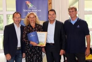 """Sieger in der Kategorie """"print"""" Golfclub Lichtenau-Weickershof. Von links: Ralf Exel, Birgit Mehl, Michael Bentele (South African Airways) und Dr. Bernhard Obst."""