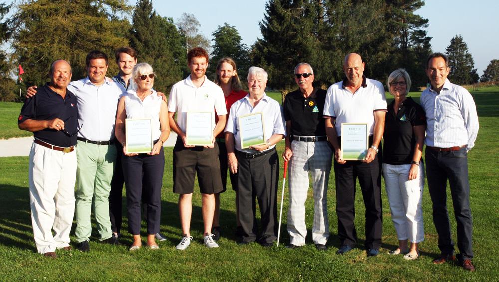"""Gruppenbild mit Preisträgern des Baymego-Awards """"Inklusion & Medien"""" beim Turnier des Münchener Golf Clubs in Straßlach. Foto: Horst Huber"""