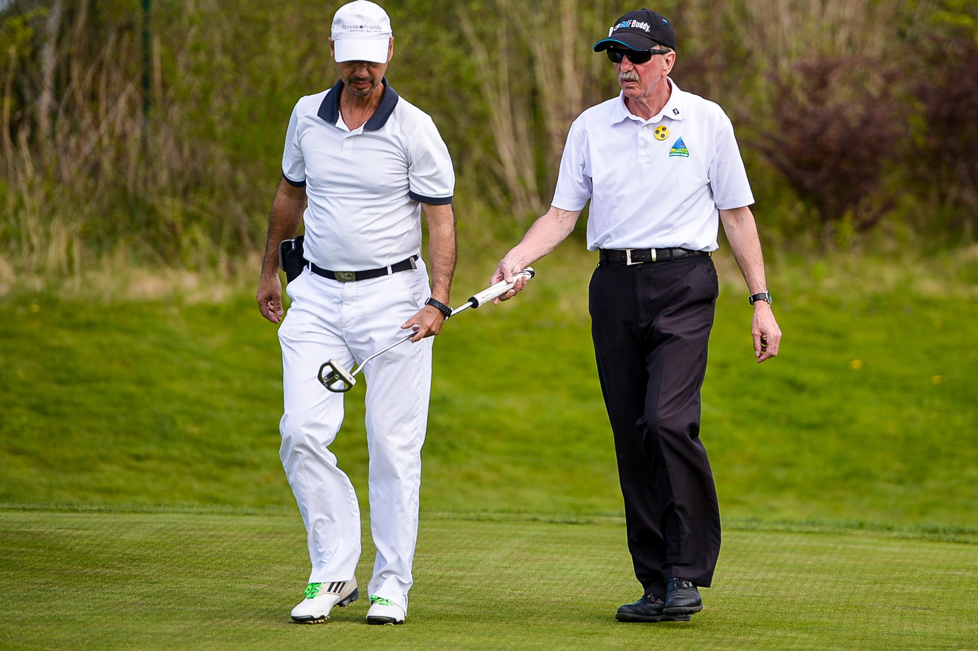 Blinden-Golfer Bernd Walsch (rechts) mit seinem Caddy beim Medien-Turnier in Aschheim: Impulse für mehr Inklusion auf den Golfplätzen im Saarland und der Pfalz. (Foto: Wirtz)