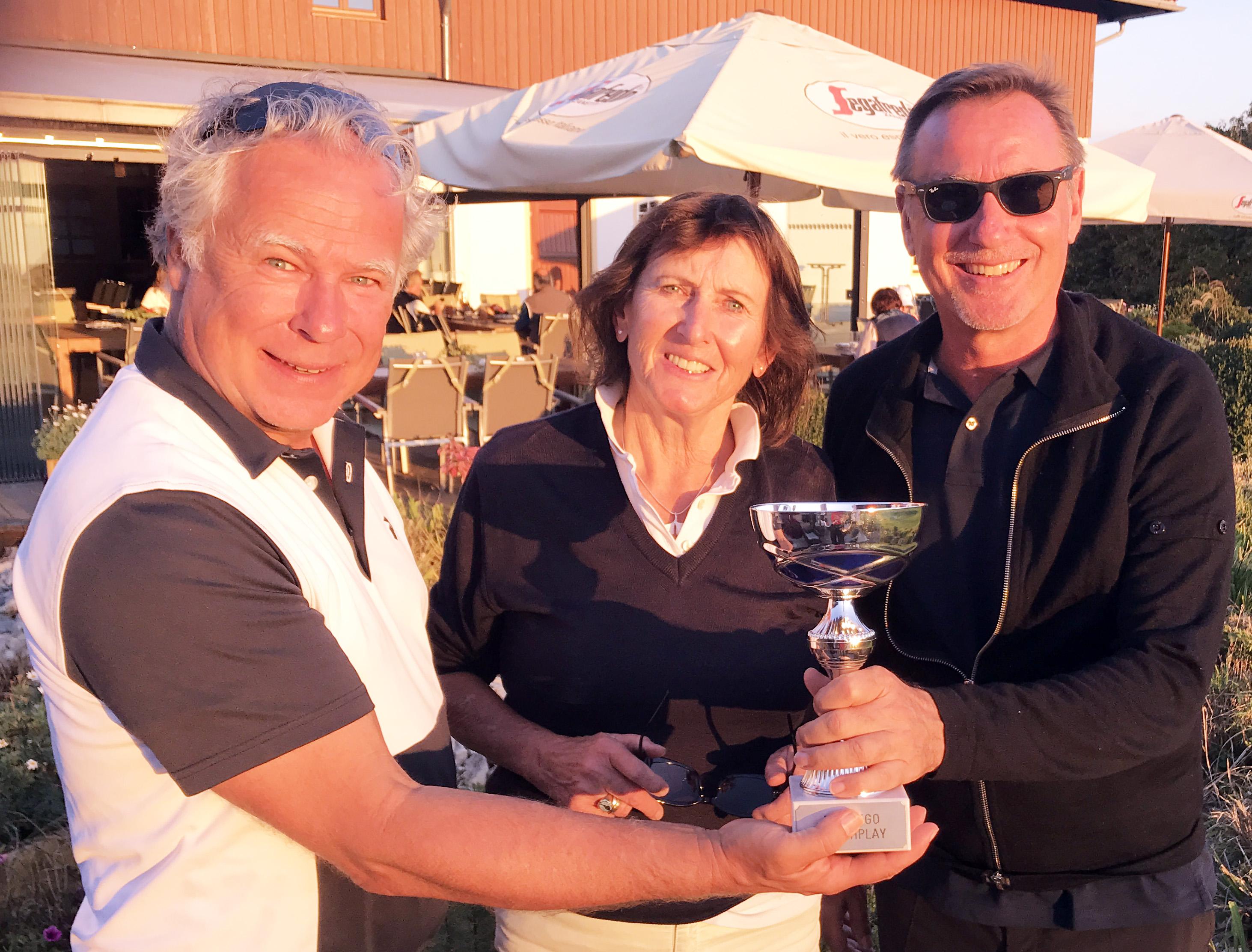 In Abwesenheit des Präsidenten übereicht Peter Fraas den Pokal
